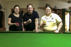 Barbara Bitriol, Alfred Bitriol und Doris Prasch holen die ersten English-Billiards Bezirksmeistertitel